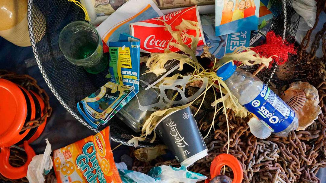 Botellas de plástico en el mar recuperadas para su reciclaje
